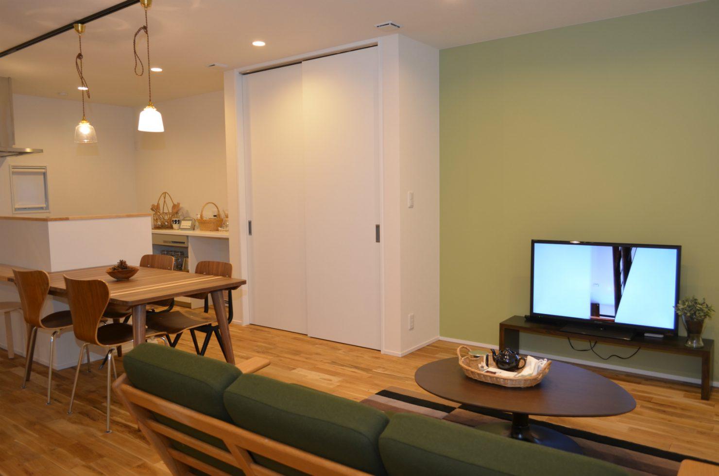 ハウスM21+archi「その場所にふさわしいカタチで佇む住まい」リビング写真