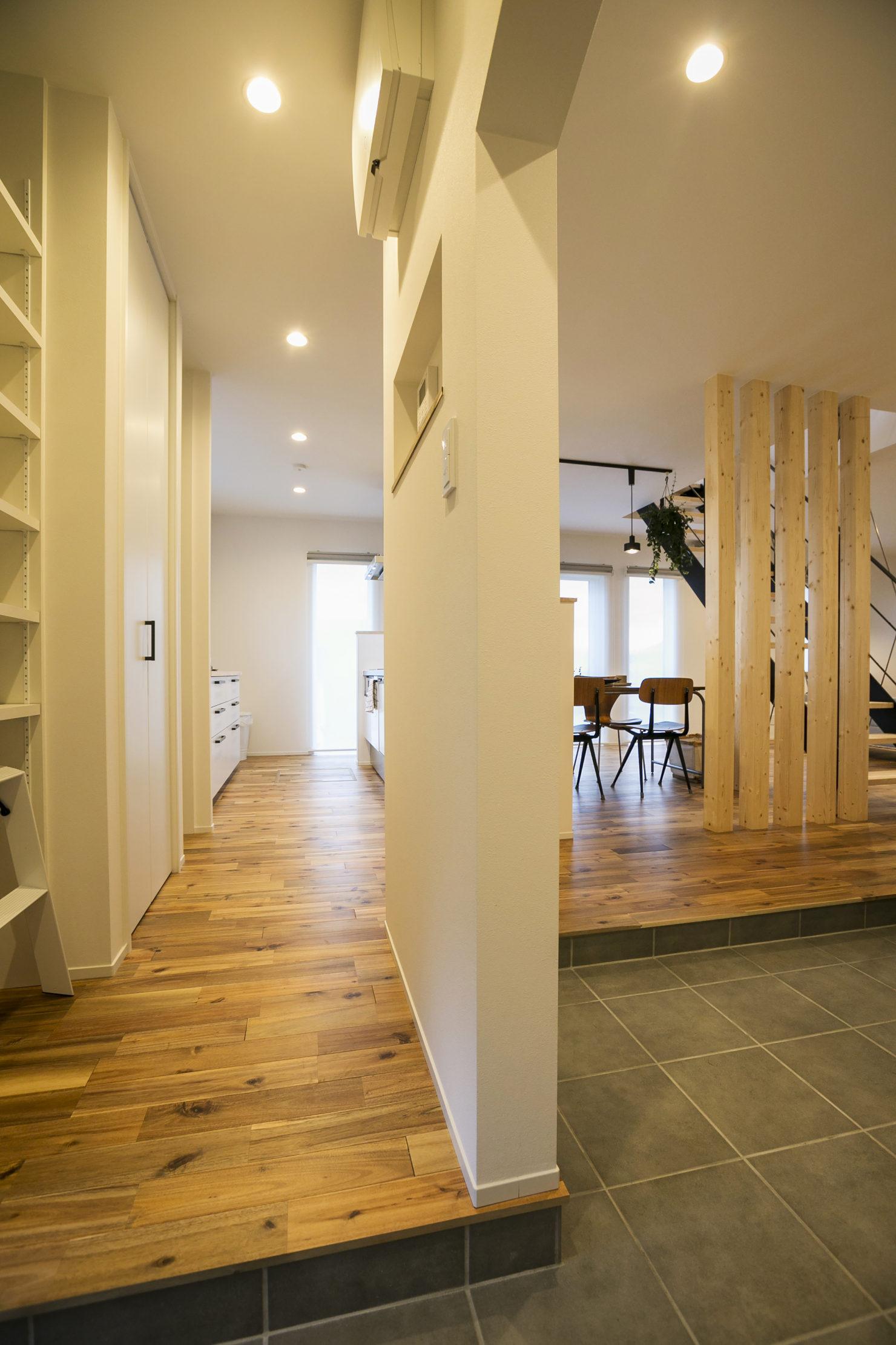 ハウスM21+archi「閉じる」から「開く」玄関クローク写真