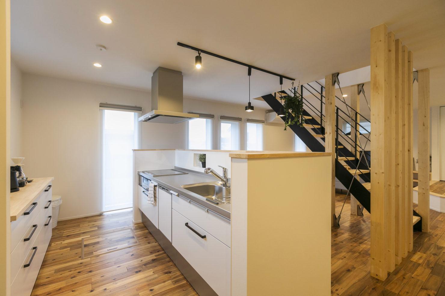 ハウスM21+archi「閉じる」から「開く」キッチン写真