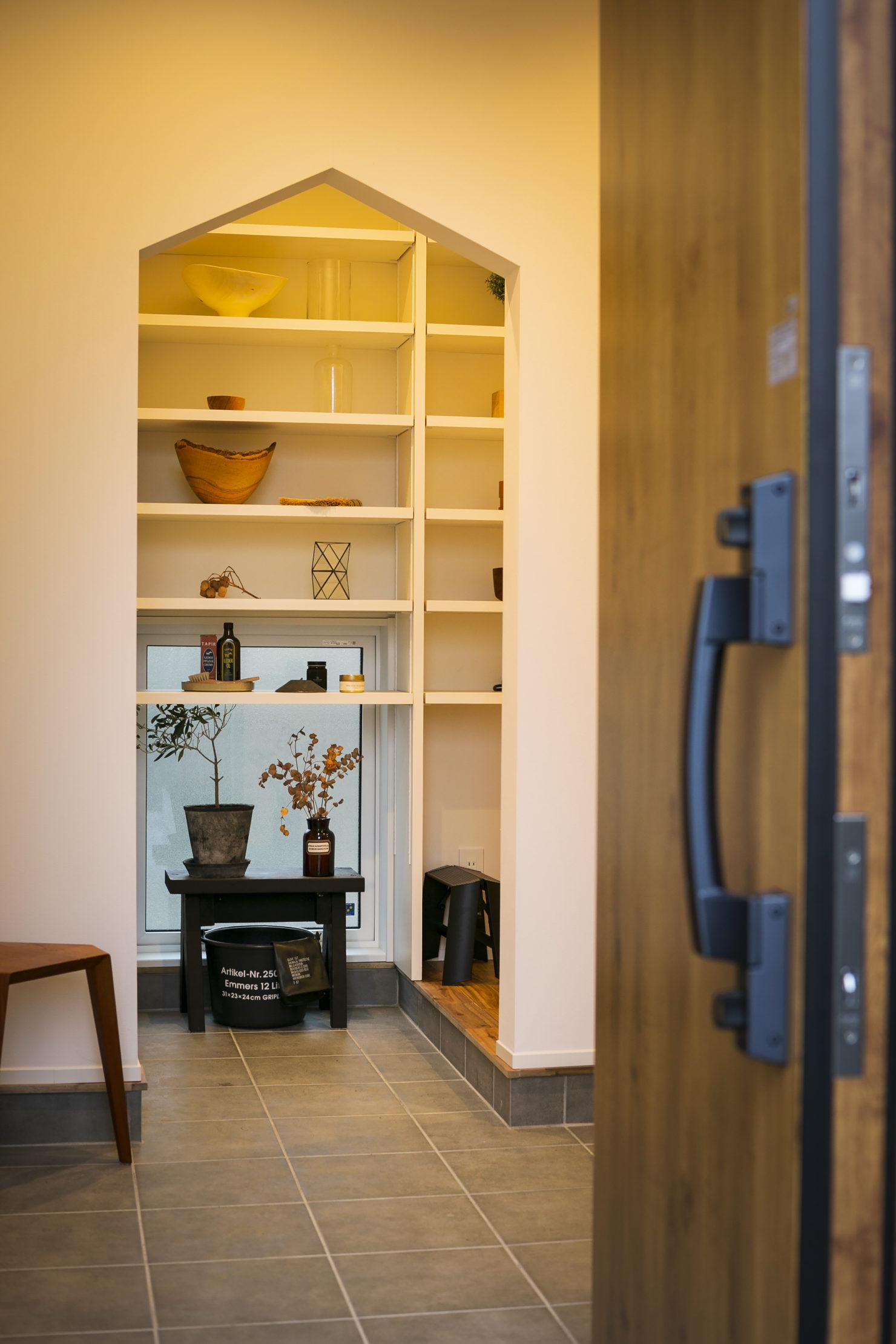 ハウスM21+archi「閉じる」から「開く」玄関収納写真