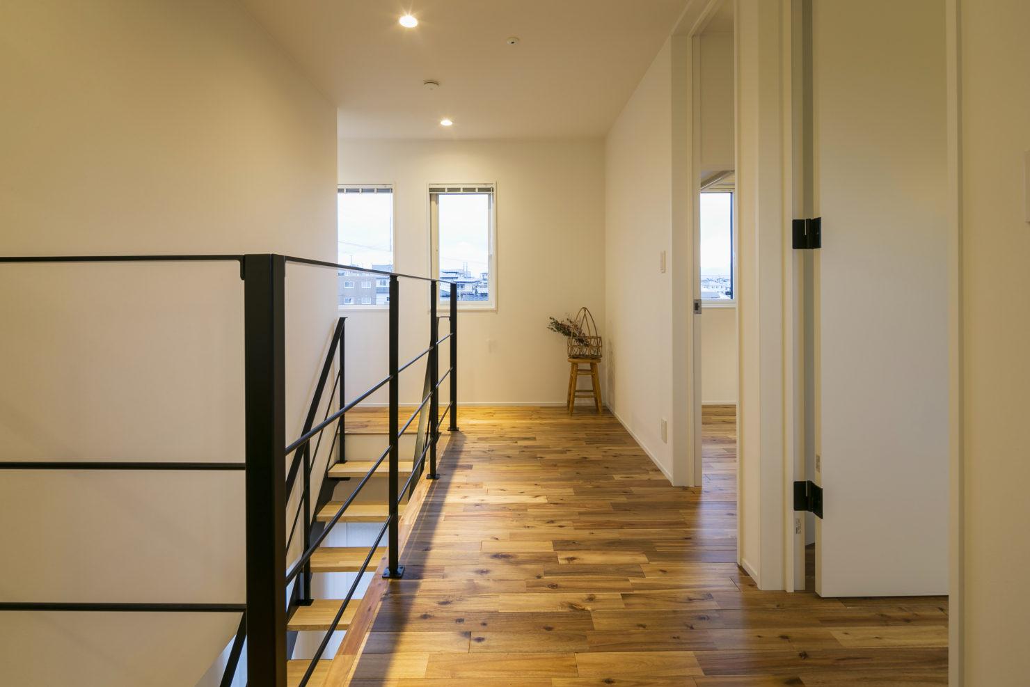 ハウスM21+archi「閉じる」から「開く」階段ホール写真