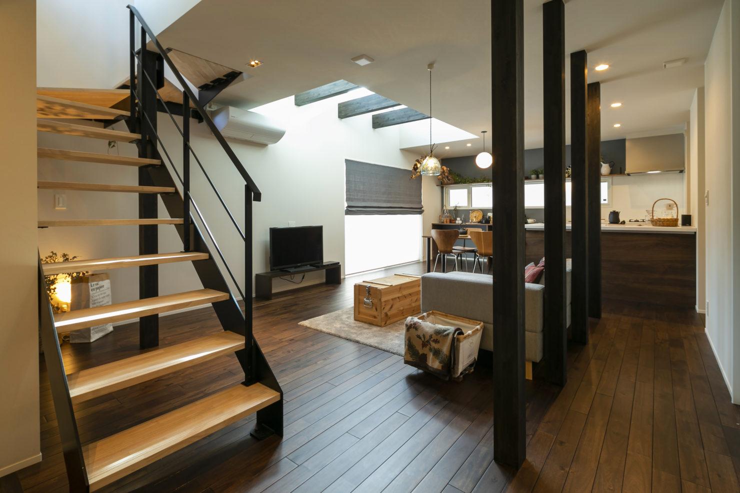 ハウスM21+archi「周囲と調和する個性的な住まい」リビング写真