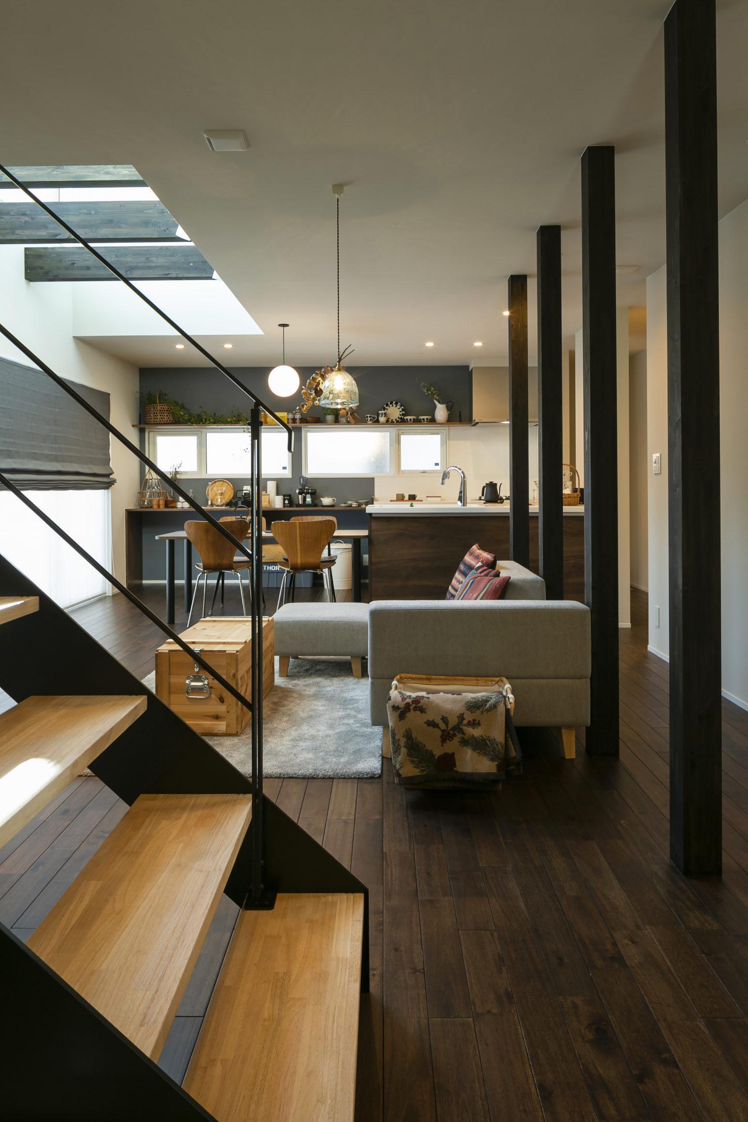 ハウスM21+archi「周囲と調和する個性的な住まい」LDK写真