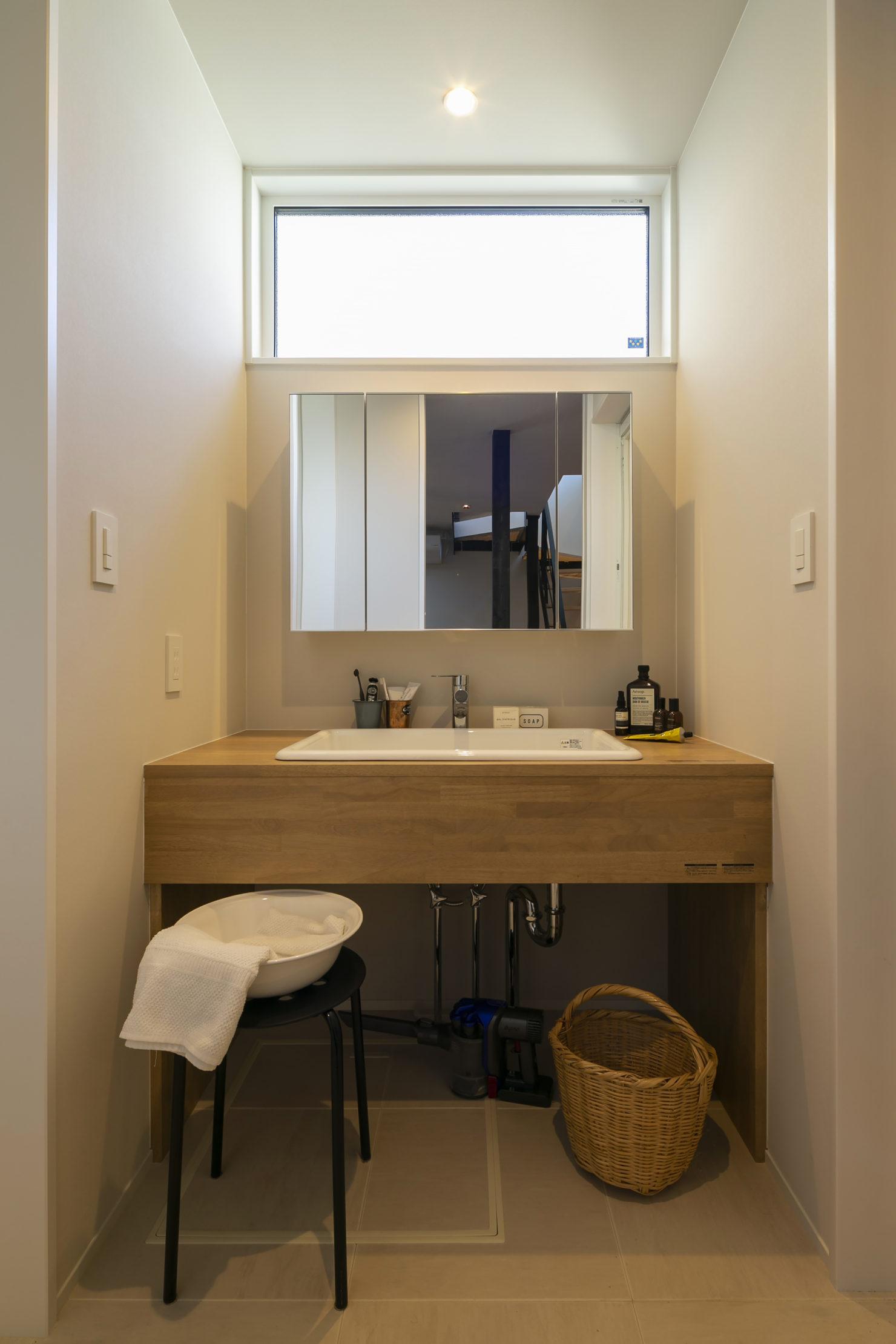 ハウスM21+archi「周囲と調和する個性的な住まい」洗面写真