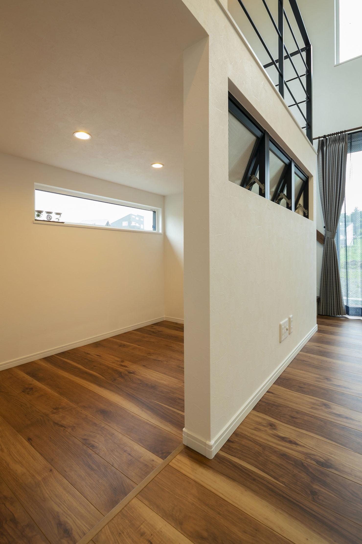 「実用的なオールラウンド動線と中二階などの面白い・楽しい空間」小屋裏収納写真