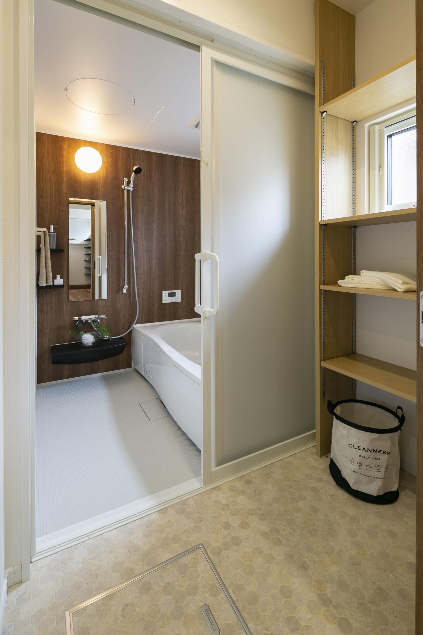 ハウスM21「実用的なオールラウンド動線とスキップフロアなどの面白い・楽しい空間」浴室写真