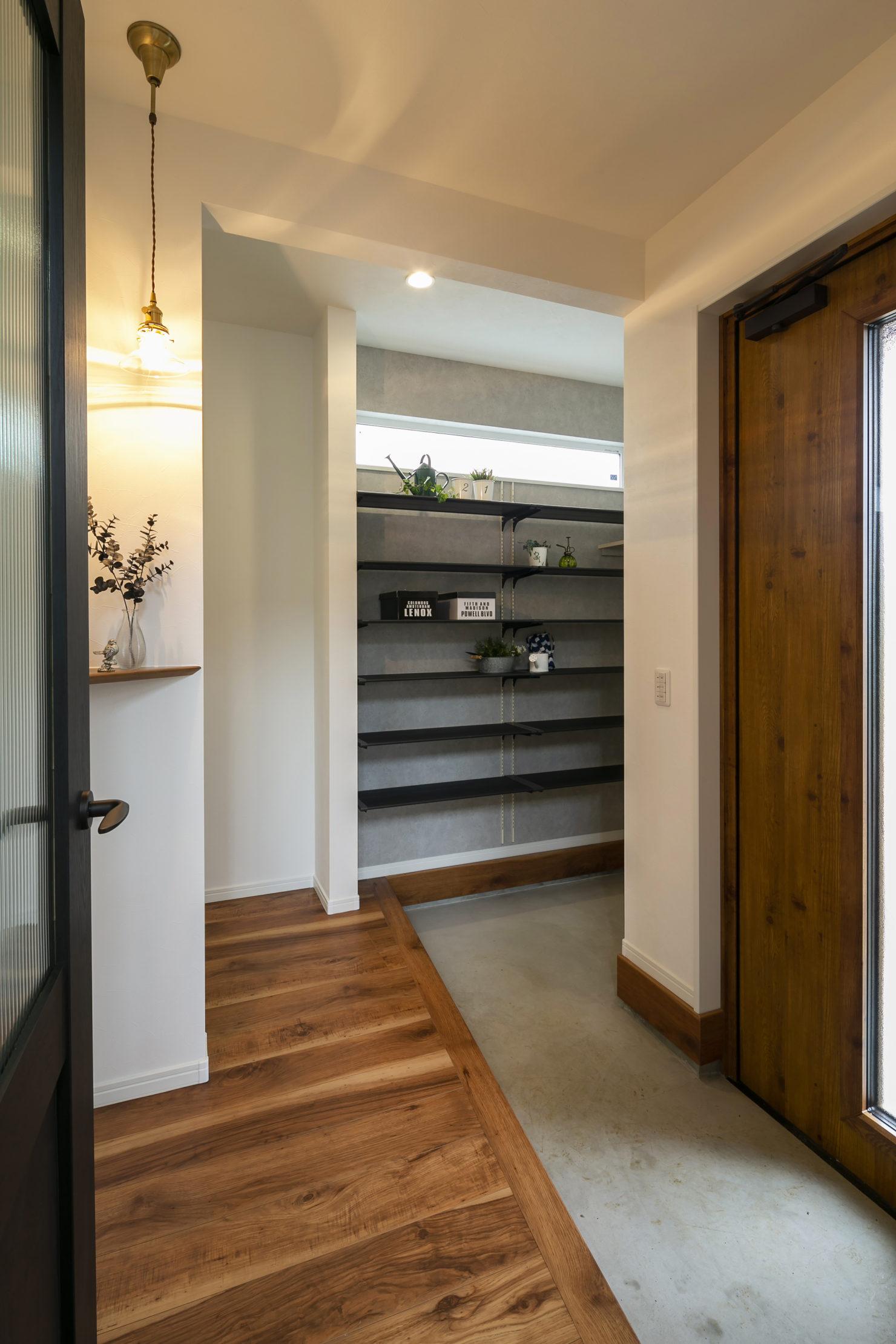 ハウスM21「実用的なオールラウンド動線と中二階などの面白い・楽しい空間」玄関写真