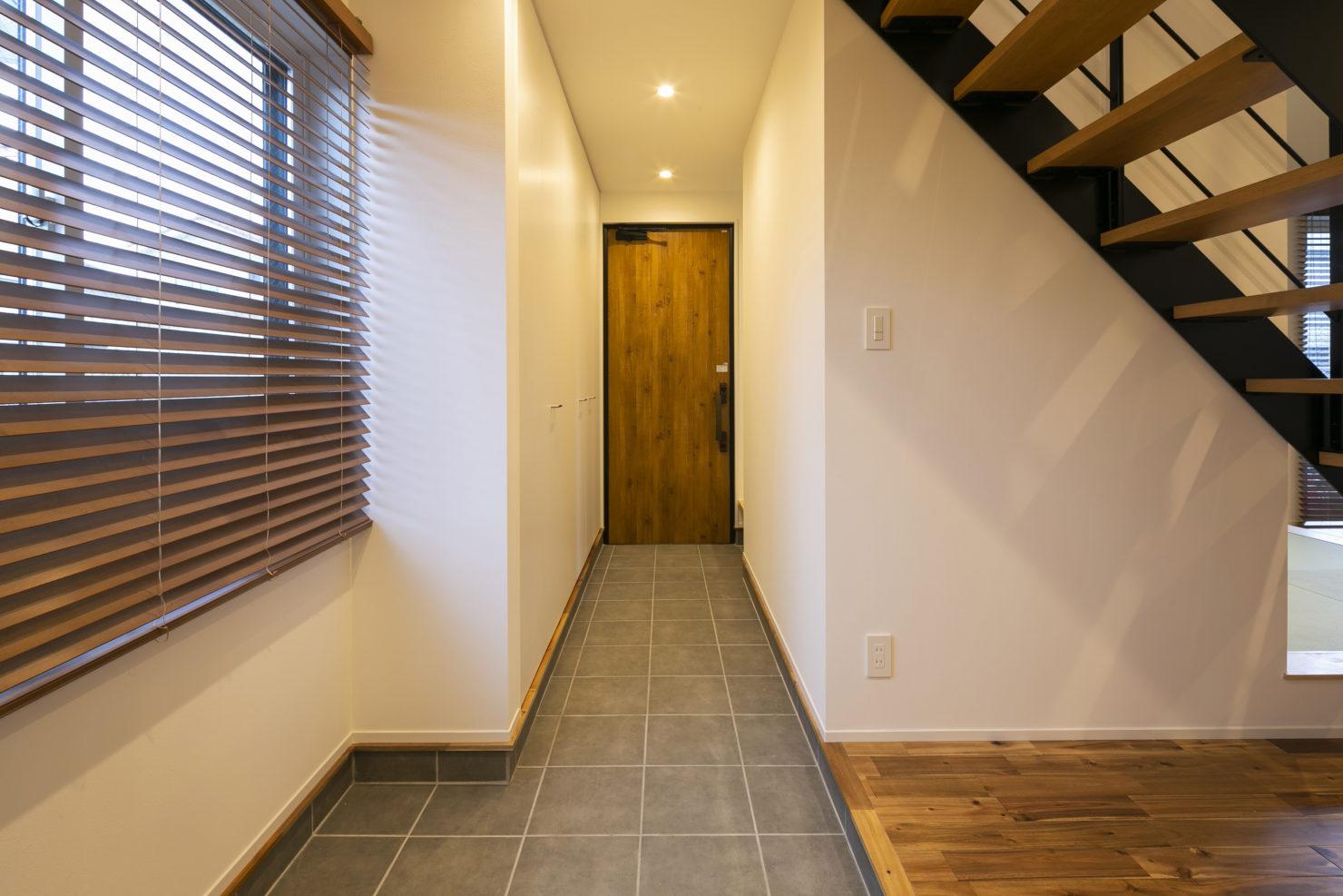 ハウスM21+archi「普段の生活で使いやすく、かつ広く見える工夫を」玄関写真