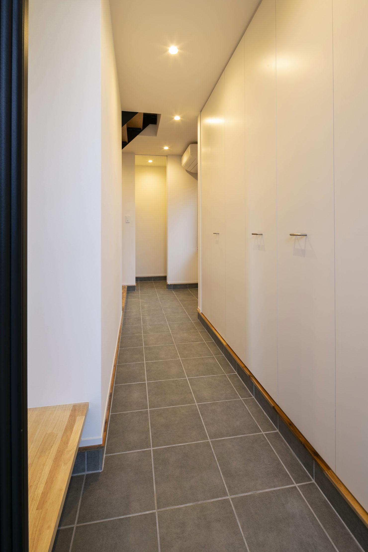 ハウスM21+archi「普段の生活で使いやすく、かつ広く見える工夫を」玄関ホール写真