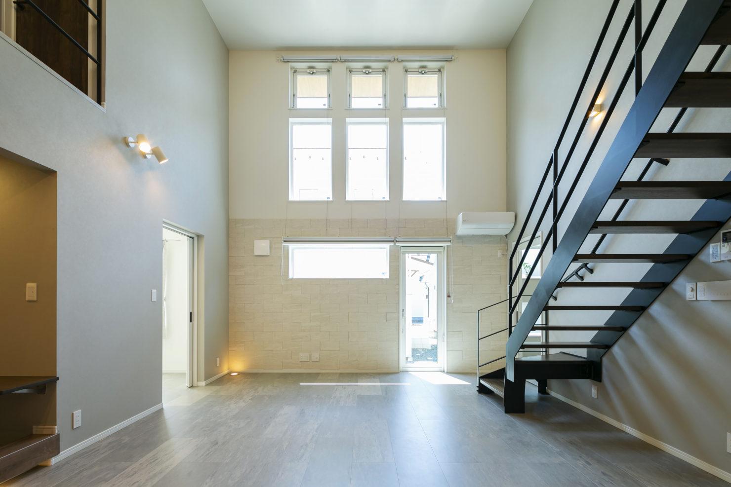 ハウスM21「3世代で快適に暮らすインナーガレージ併設住宅」吹き抜け写真